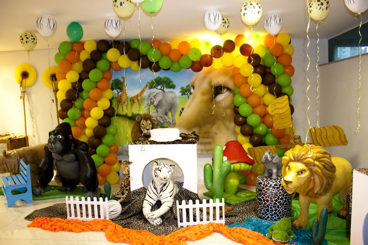 1000 images about theme jungle safari zoo animals for Animal party decoration