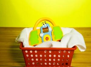 Antes de guardar o brinquedo, coloque-o para secar numa cesta com uma toalha. Uma ideia é chamar, de vez em quando, a criança para participar dessa limpeza. Além de ela se sentir importante e útil com a tarefa, aprende desde pequeno a cuidar das suas coisas de uma maneira simples e divertida.
