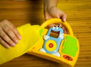 Nos brinquedos sonoros, que funcionam com pilha ou outro tipo de circuito eletrônico, não exagere na quantidade de água. O correto é limpá-los apenas com um pano úmido.