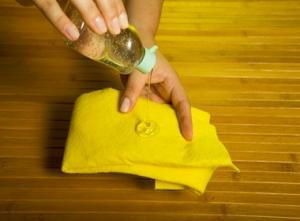 Para finalizar a higienização, passe um pano limpo com álcool a 70%. Além do álcool, é possível aplicar uma substância chamada benzina.