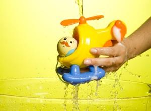 Deixe a água cair até eliminar totalmente o sabão.