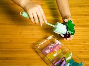 Separe uma escova, como as de lavar mamadeiras, para eliminar a sujeira do mordedor, com água e sabão. E, se ele for desses com líquido dentro, jogue-o fora caso perceba algum vazamento.