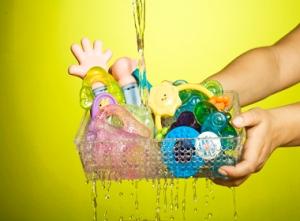 Deixe a água cair até eliminar totalmente o sabão. E não use o aparelho de micro-ondas para esterilizar o mordedor, água fervendo ou os coloque na máquina de lavar louça. Isso vai danificá-los.