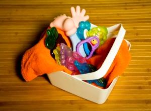 Pronto, o mordedor está limpo. Repare na quantidade de vezes que o bebê tira e coloca o acessório na boca. Você vai perder a conta! Por isso, mantenha sempre alguns de reserva ao seu alcance. Se necessário, separe duas caixas de plástico na cozinha de casa. Cole etiquetas em cada uma: brinquedos limpos e preciso de um banho, para os sujos.